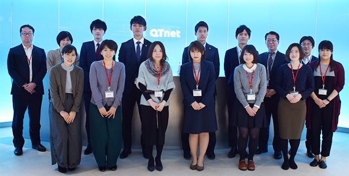QTnet社員たちと記念撮影